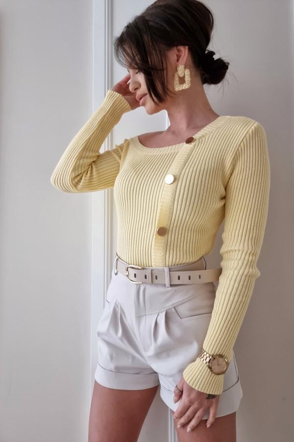 Sweter z asymetrycznym dekoltem Kim bananowy