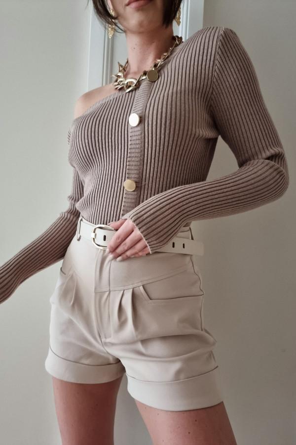 Sweter z asymetrycznym dekoltem Kim mokka