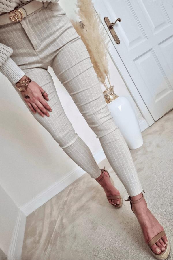 Elastyczne spodnie materiałowe w prążki
