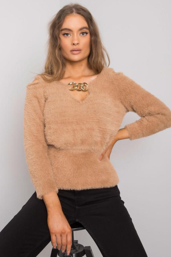 Camelowy sweter z wycięciami Leandre